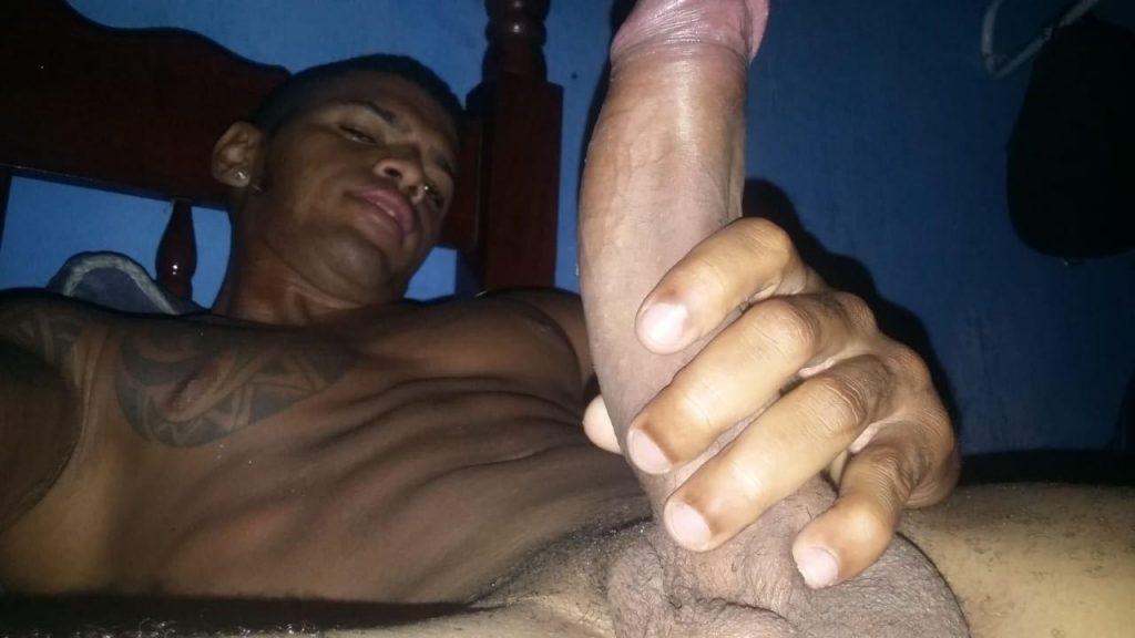 Moreno tatuado mostrando a rola